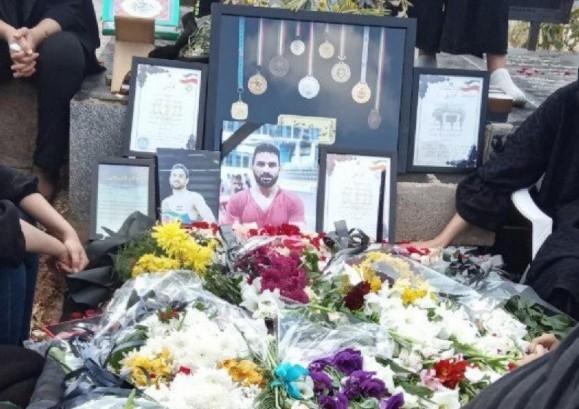دستگیری پدر و برادر نوید افکاری هنگام شهادت دادن بر روی قبر وی